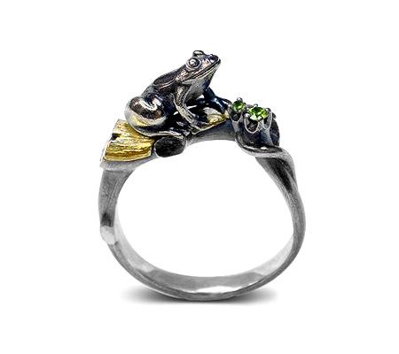 Фото«VM-301»Кольцо на заказ из серебра и золота «Лягушка в лесу»